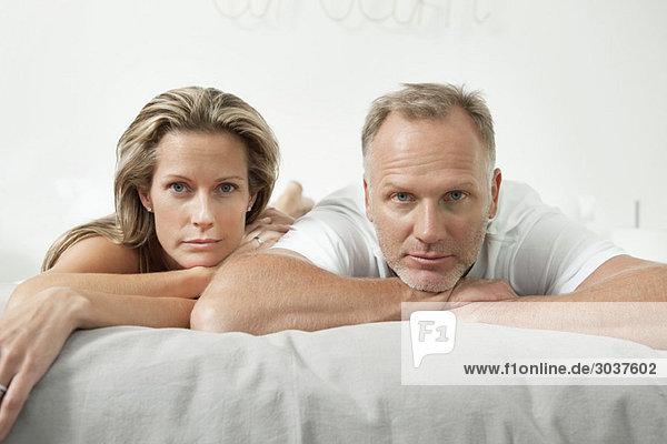 Paar auf dem Bett liegend