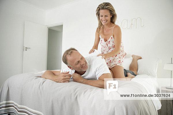 Paar Romantik auf dem Bett
