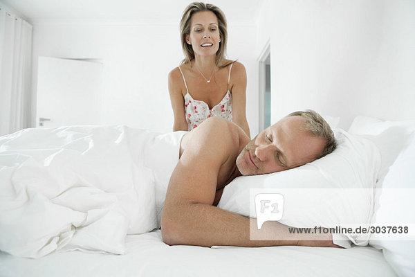 Paar im Schlafzimmer