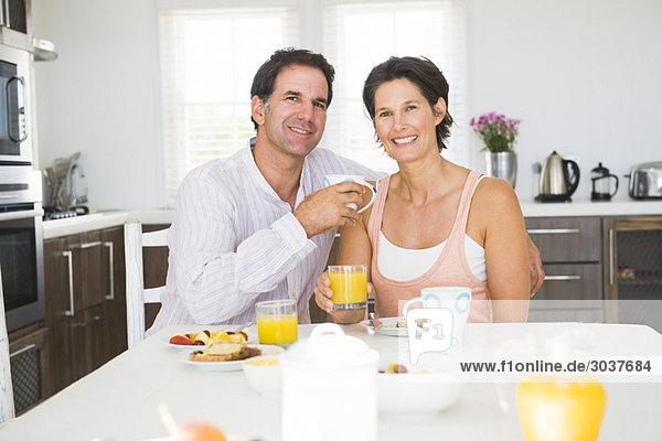 Porträt eines Paares beim Frühstücken