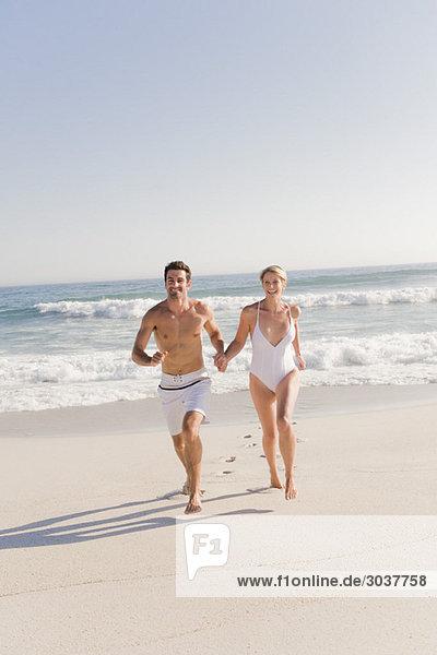 Paar  das am Strand läuft