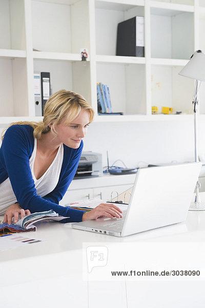 Geschäftsfrau bei der Auswahl der Farbmuster