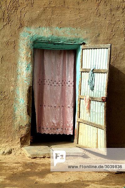 Verhängter Eingang zum Haus Bambara  Korokoro  Mali