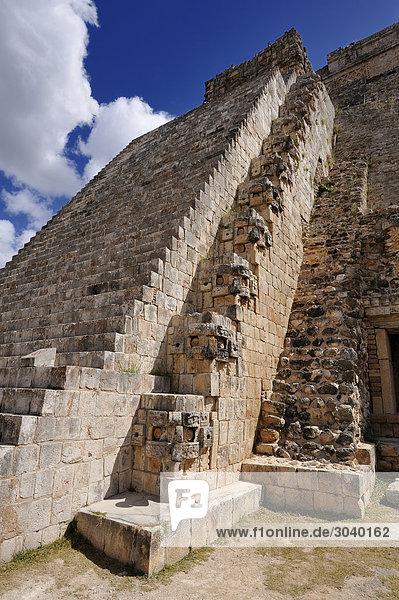 Pyramide des Zauberers (Piramide del Adivino) in der Maya-Ruinenstätte von Uxmal  Yukatan  Mexiko  Blick von unten
