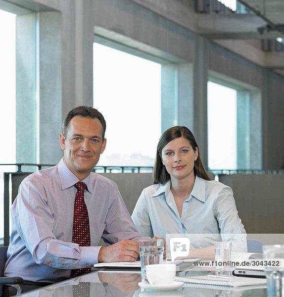 Zwei Geschäftsleute am Tisch sitzend