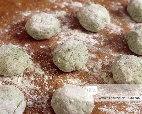 Essen - Spinatgnocchi in Vorbereitung