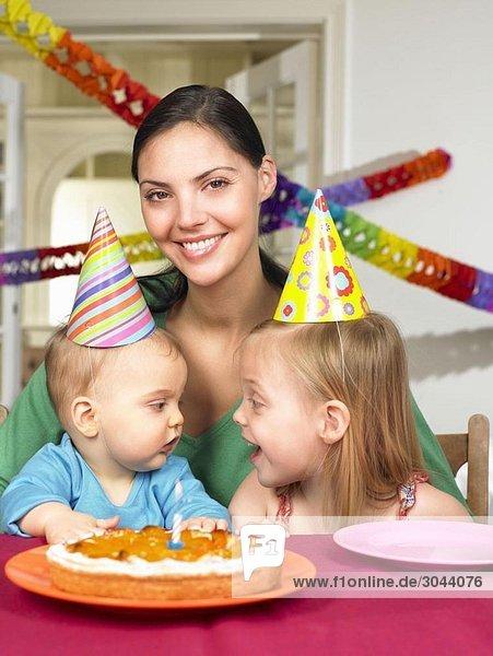Mutter und Kinder  die feiern