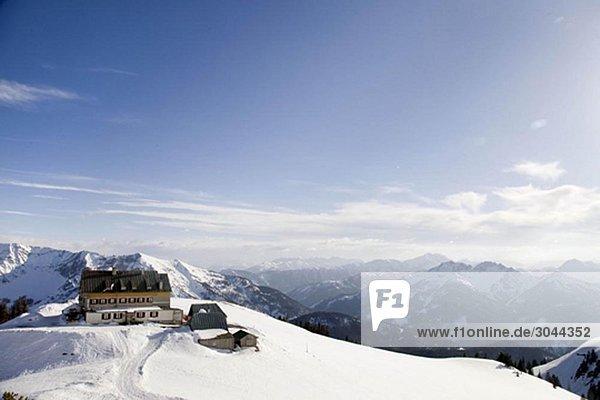 schneebedeckte Berge  Almhütte