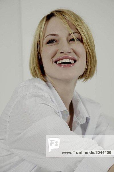 Lächelndes Porträt einer Frau.