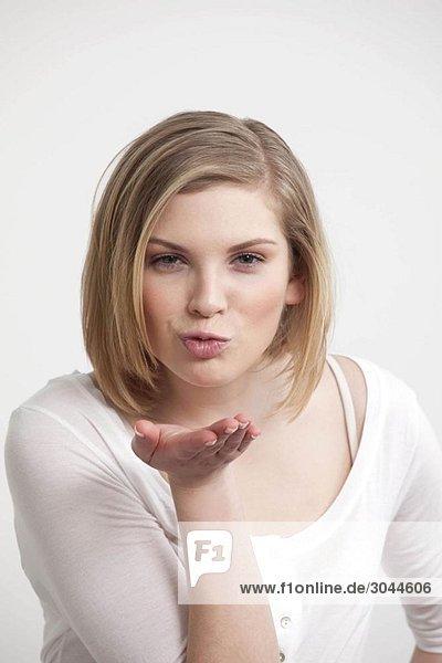 Frau beim Küssen