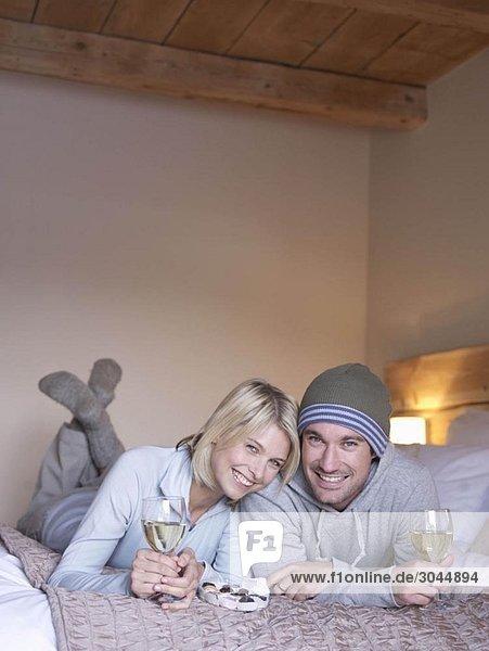 Frau und Mann lächeln den Betrachter an.