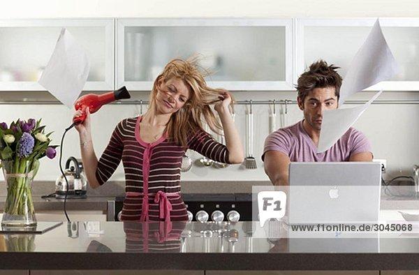 Frau trocknet Haare neben dem Partner