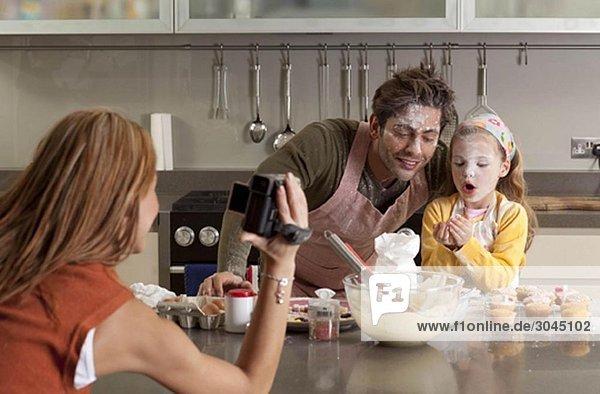 Mutter fotografiert Kochfamilie
