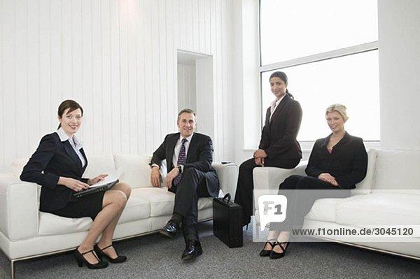 Ein Porträt von vier Geschäftsleuten