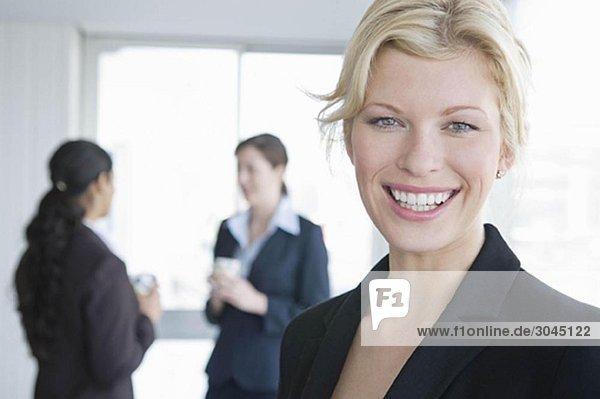 Ein Porträt einer lächelnden Geschäftsfrau