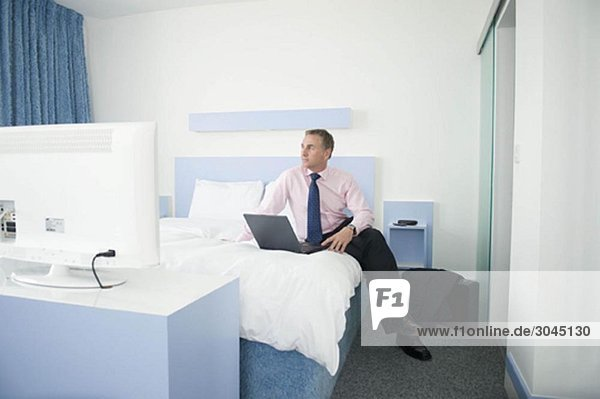Ein Geschäftsmann in seinem Hotelzimmer.