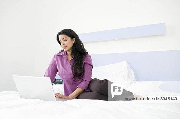 Geschäftsfrau bei der Arbeit im Schlafzimmer