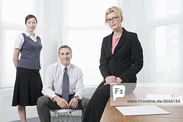 Ein Porträt von drei Geschäftsleuten