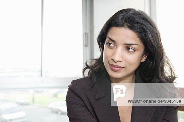 Porträt einer Frau  die aus der Kamera schaut