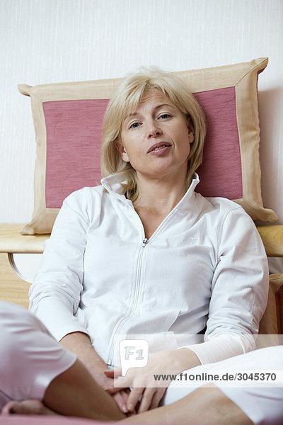 Porträt von Frau sitzen auf dem Bett