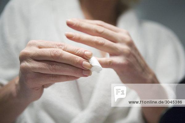 Frau Reinigung ihre Finger