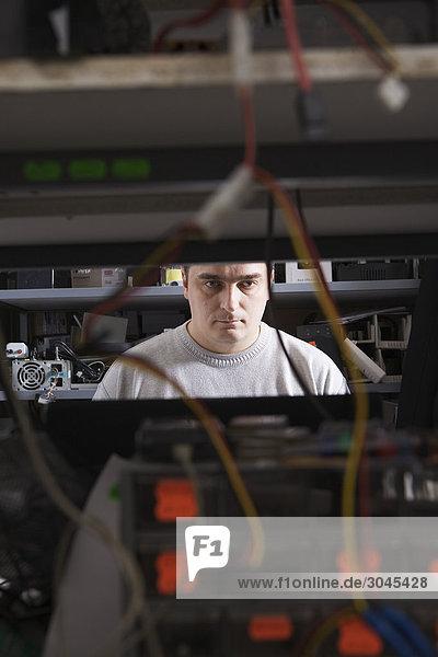 Portrait des Menschen arbeiten in Computer-Reparatur-shop