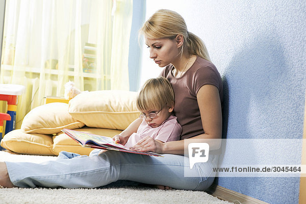 junge Mutter ihrem Sohn aus Buch lesen junge Mutter ihrem Sohn aus Buch lesen