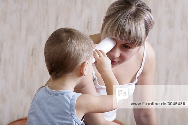 Mutter mit ihrem kleinen Sohn spielen Mutter mit ihrem kleinen Sohn spielen