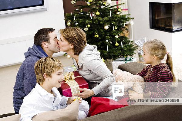 Familie Austausch von Geschenken am Weihnachtsmorgen