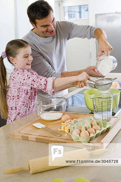 Vater und Tochter Cake zusammen machen