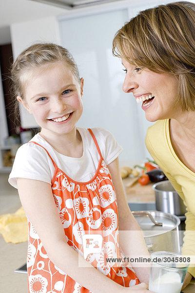 Porträt des jungen Mädchens trinken Glas Milch in Küche