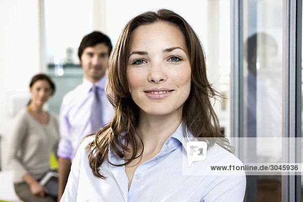 Porträt von geschäftsfrau an Kollegen