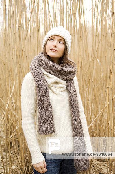 Portrait einer jungen Frau im Herbst