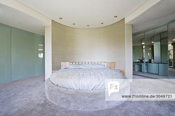 Rundes Bett in modernem Schlafzimmer - Lizenzfreies Bild ...