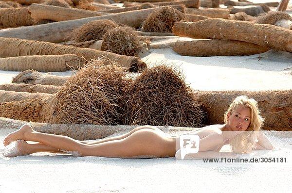 Nackte Frau Sonnenbaden Am Strand Stock Fotografie Bildagentur