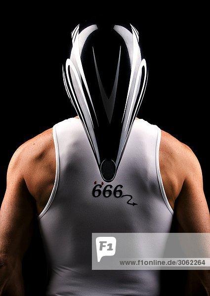 Rückansicht eines Radsportlers mit Helm