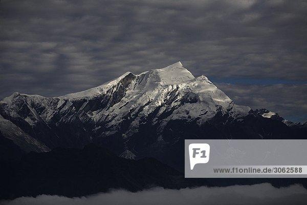 Eine Bergspitze in den Himalajas in Nepal  Indien