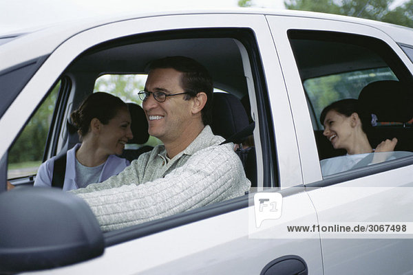 Mann fährt Familie auf Roadtrip