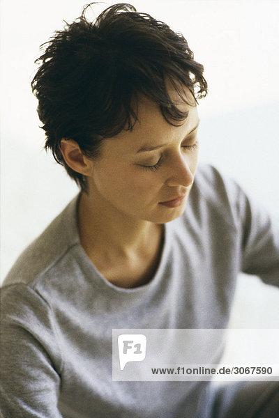 Frau meditiert  Porträt
