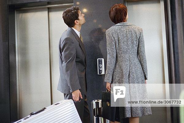 Geschäftspartner warten auf Aufzug