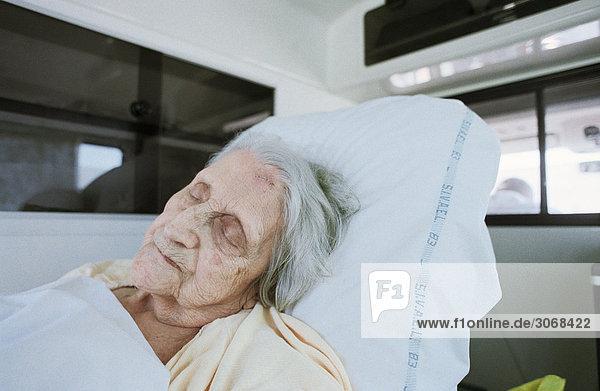 Ältere Frau im Krankenwagen