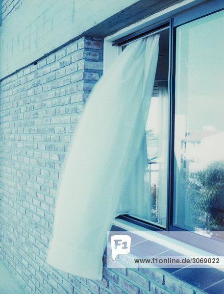 Vorhang bläst aus dem Fenster Vorhang bläst aus dem Fenster