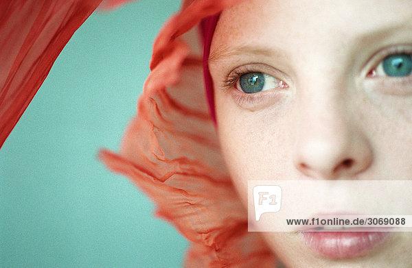 Junge Frau mit Kopftuch  Nahaufnahme