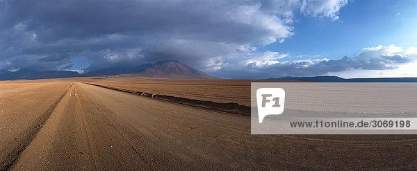 Chili  El Norte Grande  Straße durch karge Landschaft  Panoramablick