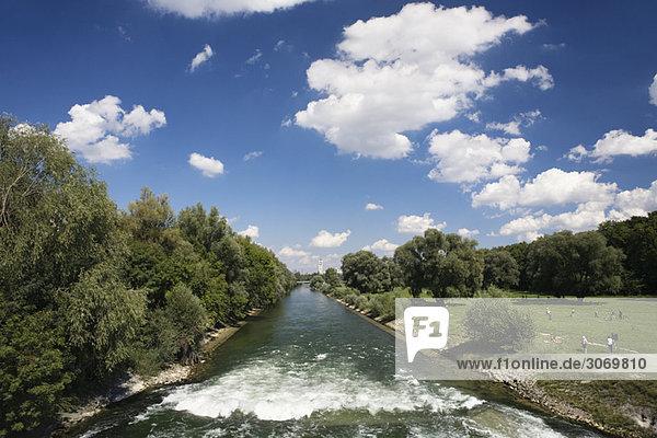 Isar Fluss mit Deutschem Museum im Hintergrund  München  Deutschland