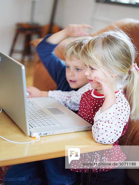 Ein Junge und ein Mädchen vor einem Computer Schweden