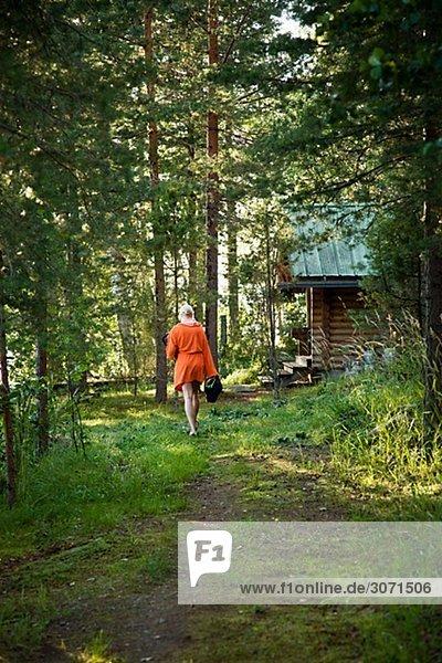 Frau gehen Weg Wald