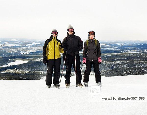 Drei Frauen auf Skiurlaub Vemdalen Harjedalen Schweden.