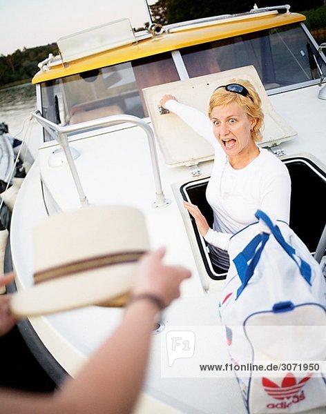 Einer blonden Frau gellee auf einem Boot Schweden.