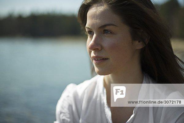 Eine Frau am Meer Schweden